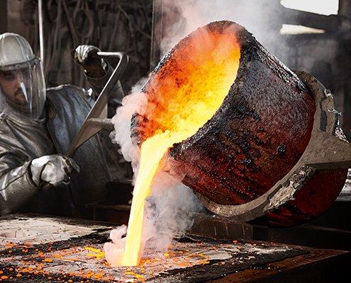 Das BIV Kampanenbild 3 zeigt einen Metallbildner beim gießen einer Form