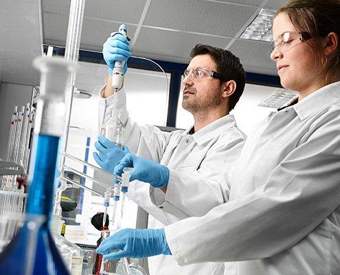 BIV Kampagnenbild 6 zeigt zwei Mitarbeiter die einen galvanischen Prozess im Labor untersuchen