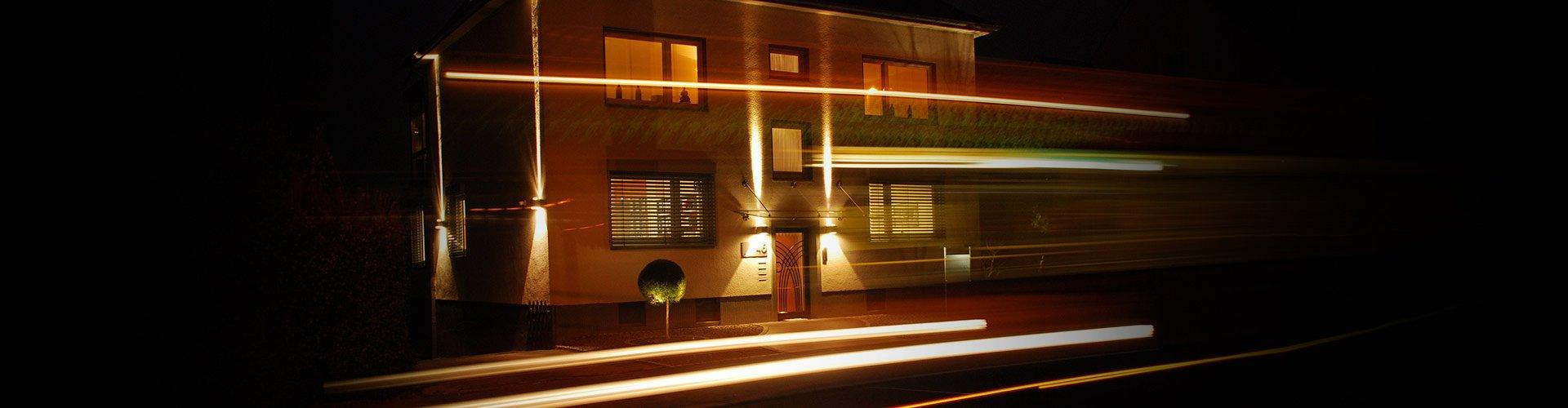 Langzeitbelichtung der Agentur bei Nacht