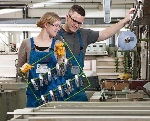 Das BIV Kampagnenbild 8 zeigt zwei Mitarbeiter in einem Galvanikprozess